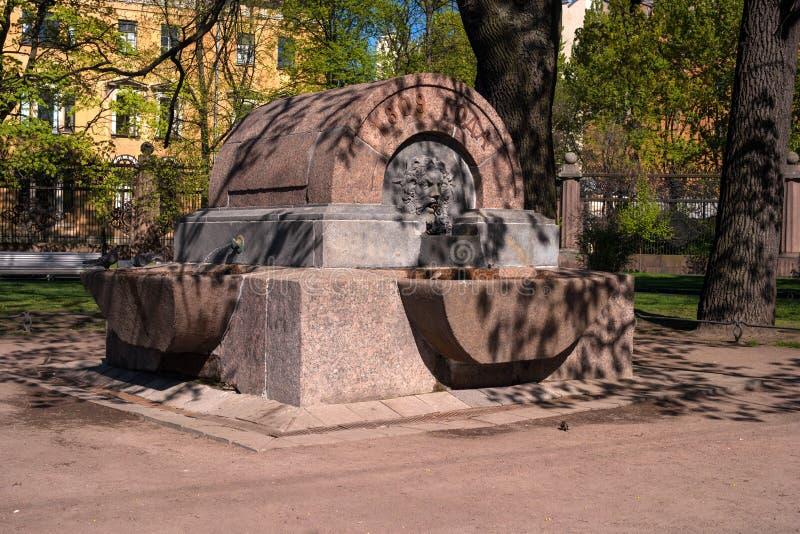 Фонтан в парке Voronikhin около собора Казани st petersburg России стоковая фотография