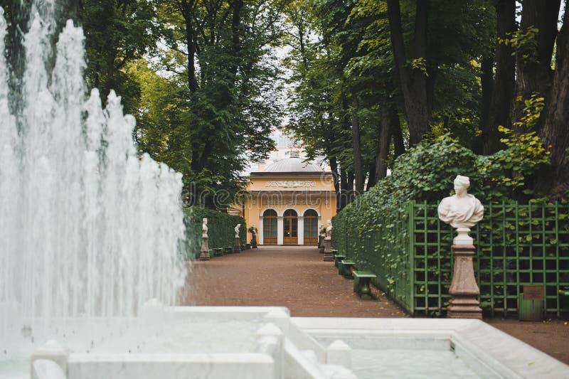 Фонтан в саде Санкт-Петербурге 1026 лета стоковое изображение rf