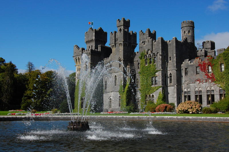 фонтан замока ashford стоковое фото rf