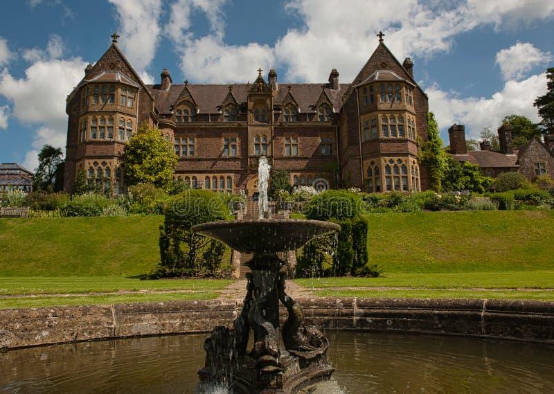 Фонтан и дом Knightshayes стоковое фото rf