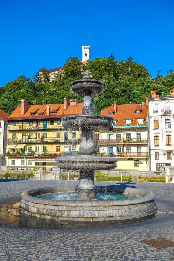 Фонтан и замок, Любляна, Словения, Европа, городской пейзаж словенской столицы Любляны стоковые изображения