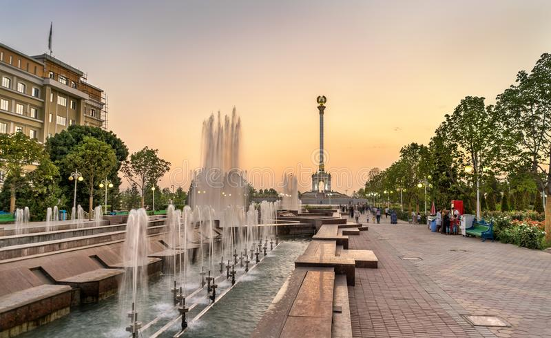 Фонтан и памятник в Душанбе, столица независимости Таджикистана стоковая фотография rf