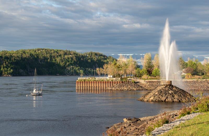 Фонтан и пристань на землях порта Chicoutimi Квебека на реке Saguenay стоковое изображение rf