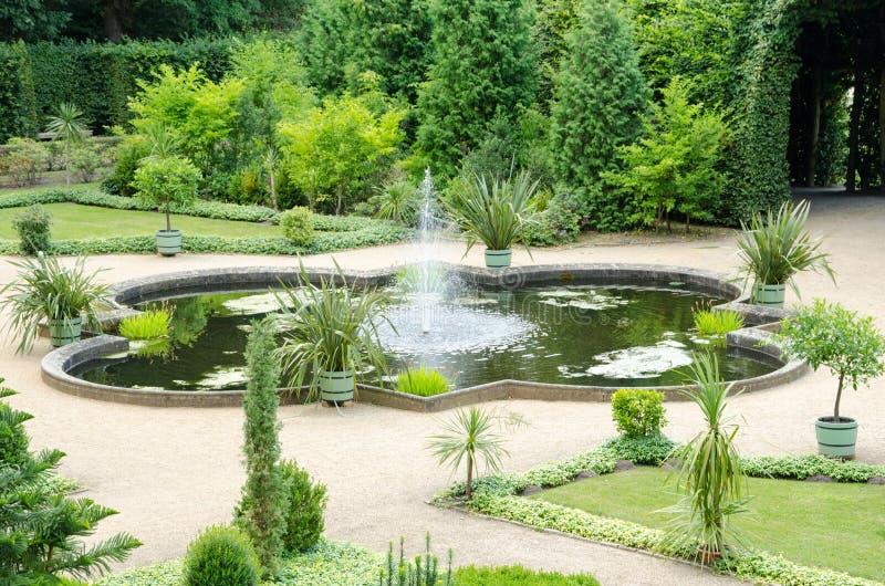 Фонтан и сад от XVIII века стоковые фотографии rf