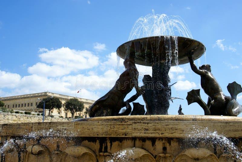 фонтан квадратный тритон valletta стоковое изображение rf