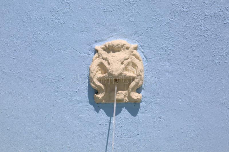 Фонтан льва с голубой предпосылкой стоковая фотография