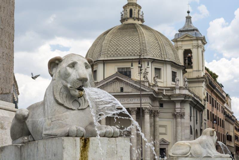 Фонтан львов на Аркаде del Popolo, Риме стоковые фотографии rf