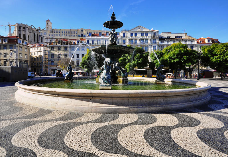 Фонтан на квадрате Dom Педра IV, Лиссабоне, Португалии стоковое фото rf