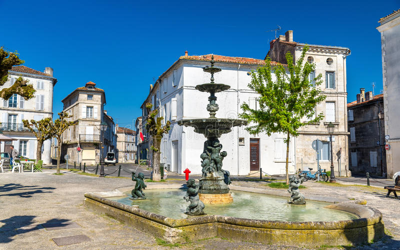 Фонтан на Месте du Minage в Angouleme, Франции стоковые изображения