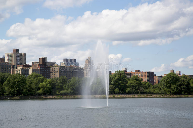 Фонтан Нью-Йорка Central Park и резервуар Жаклина Кеннеди Onassis стоковая фотография rf