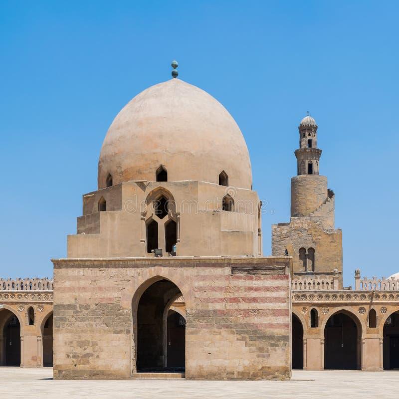 Фонтан омовения и минарет мечети Ibn Tulun исторической, старого Каира, Египта стоковое изображение