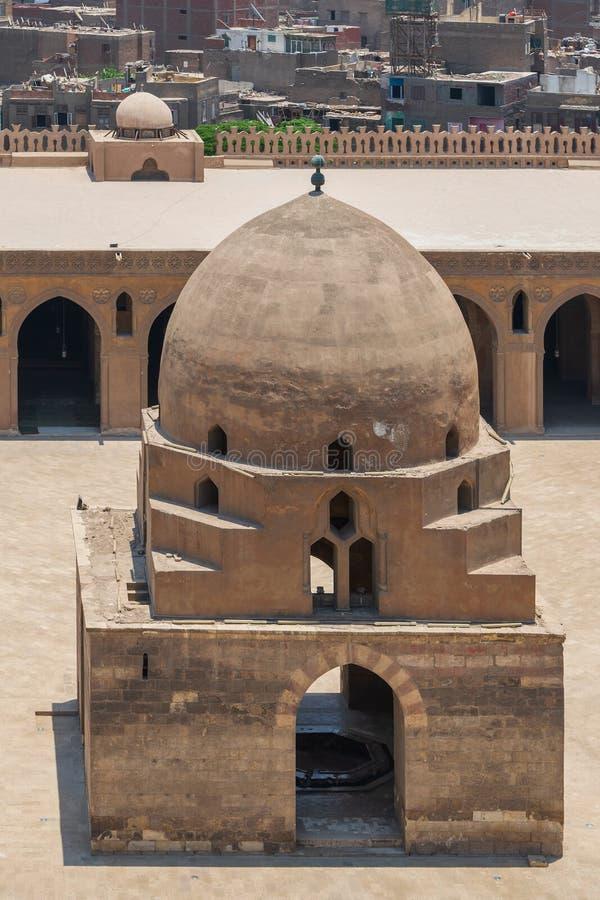 Фонтан омовения и минарет мечети Ibn Tulun исторической, старого Каира, Египта стоковые изображения rf