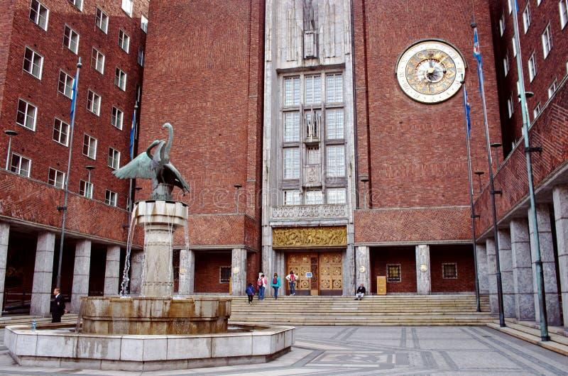 Фонтан перед зданием здание муниципалитета Осло, стоковая фотография