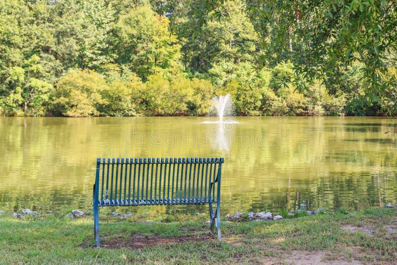 Фонтан, пруд или озеро, и Суд района стоковые фото