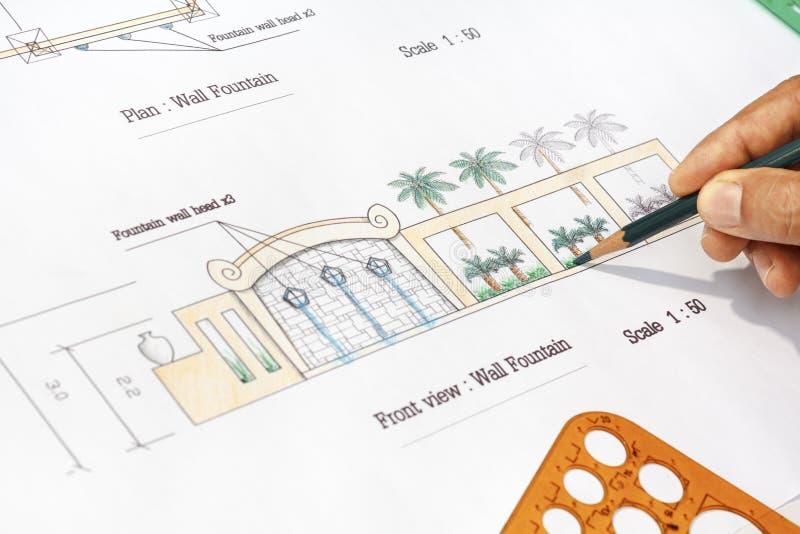 Фонтан стены дизайна ландшафтного архитектора современный стоковая фотография