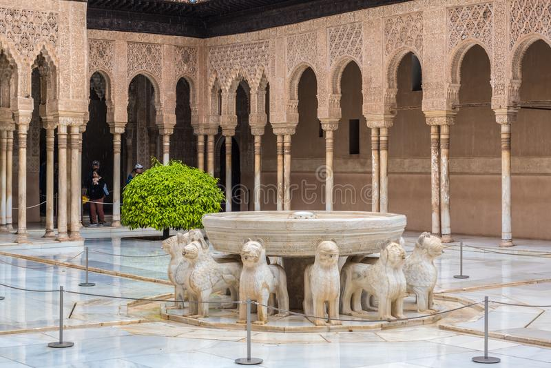 Фонтан с львами Fuente de los Леоном в суде ` s льва в дворце Nasrid, Альгамбра, Гранадой, Андалусией, Испанией стоковое изображение rf