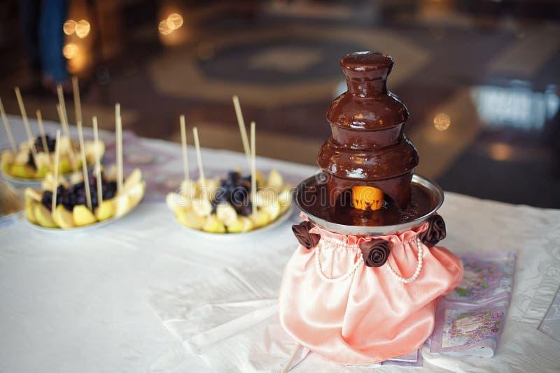 Фонтан фондю шоколада с подготовленными плодоовощами стоковая фотография