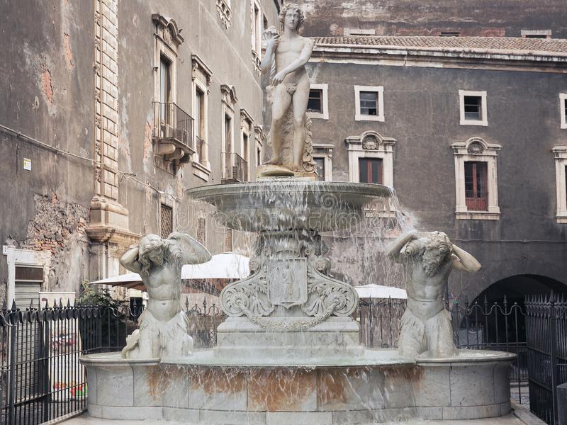 Фонтан Amenano на Аркаде del Duomo в Катании, Сицилии, Италии стоковая фотография rf