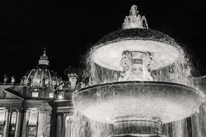Фонтан Bernini перед базиликой St Peter стоковая фотография