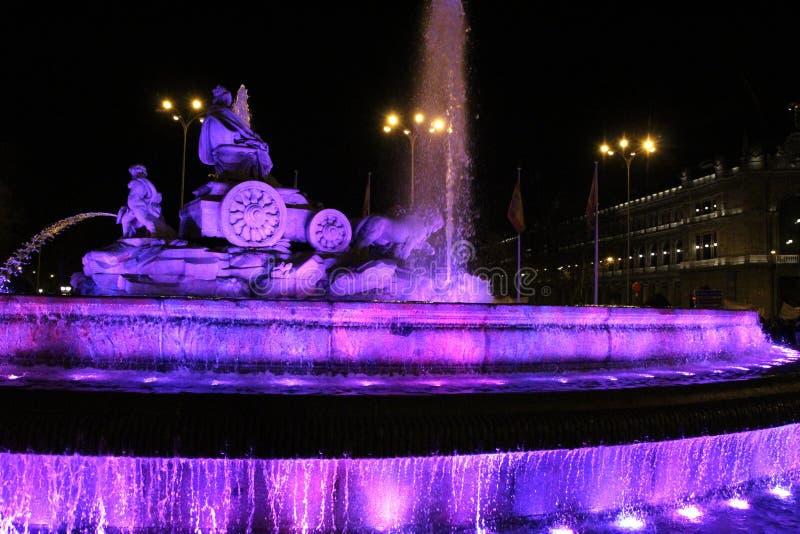 Фонтан Cibeles загоренный в пурпуре для Women' день s стоковое фото rf
