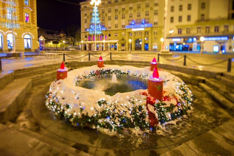 Фонтан Mandusevac на ноче, украшенной с венком пришествия zagreb Хорватия стоковая фотография