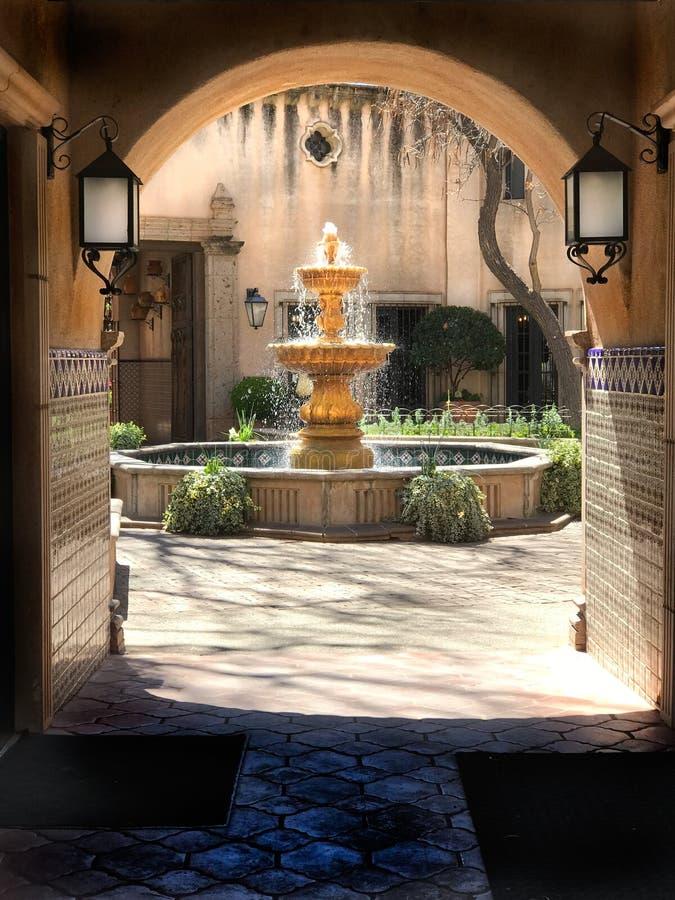 Фонтан, Tlaquepaque во дворе Sedona мексиканском стоковое фото rf