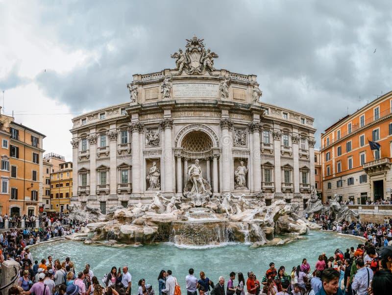 Фонтан Trevi с туристом в Риме Италии стоковые фото