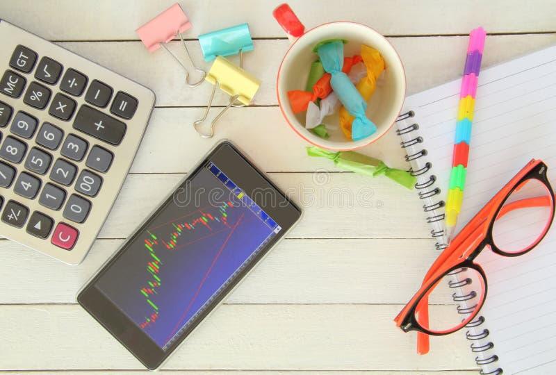 Фондовая биржа с smartphone стоковые изображения