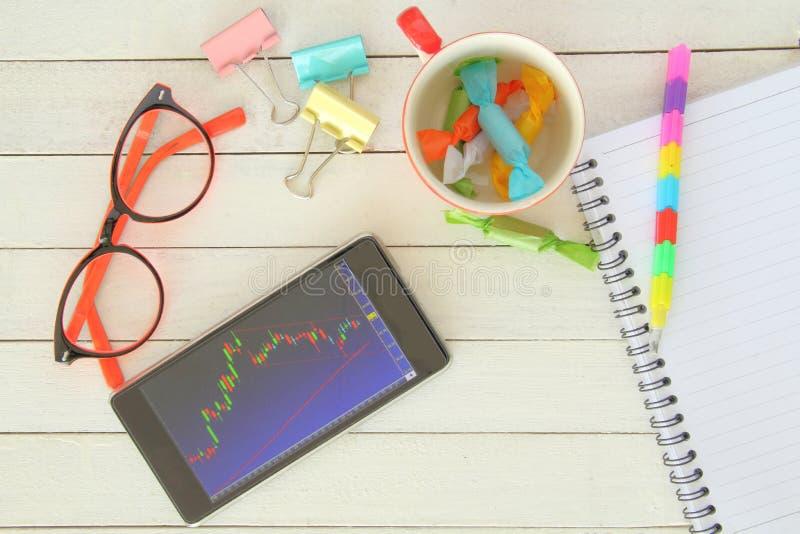 Фондовая биржа с smartphone стоковые фото