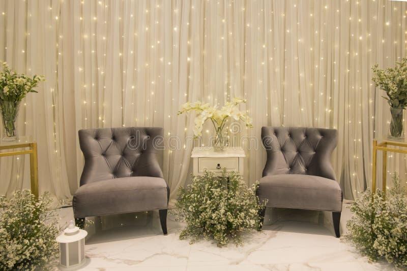 Фон серых кресла и украшения белым занавесом, flowe стоковые изображения