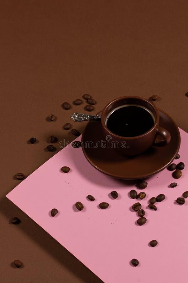 Фон с чашкой кофе и кофе-бобы стоковая фотография