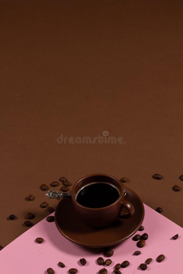 Фон с чашкой кофе и кофе-бобы стоковое фото rf