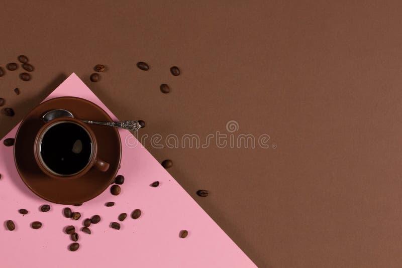 Фон с чашкой кофе и кофе-бобы стоковые фотографии rf