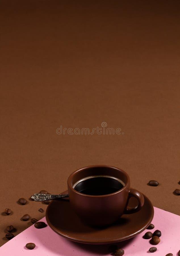 Фон с чашкой кофе и кофе-бобы стоковое фото