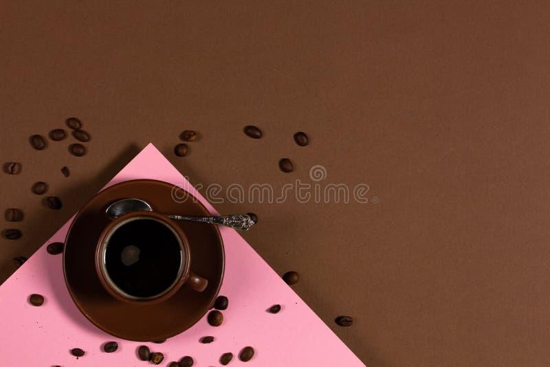 Фон с чашкой кофе и кофе-бобы стоковые изображения