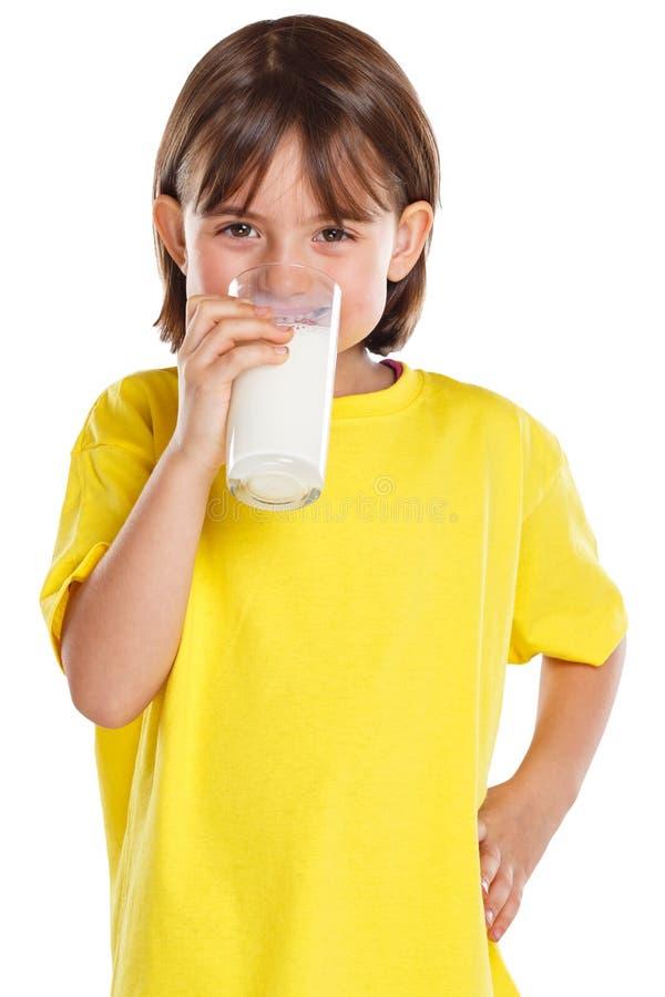 Формат портрета еды стекла ребенк питьевого молока девушки ребенка здоровый изолированный на белизне стоковое фото rf