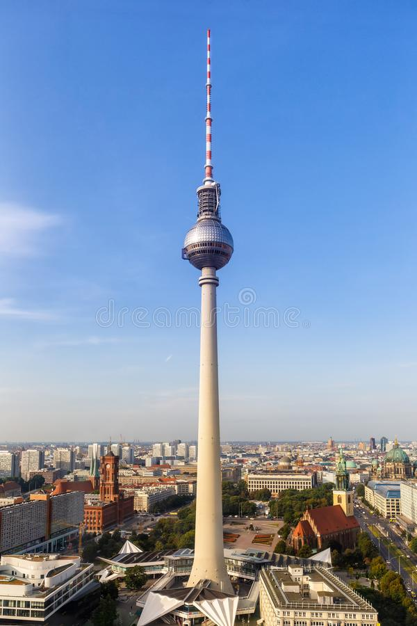 Формат портрета c Alexanderplatz Германии башни ТВ горизонта Берлина стоковое фото rf