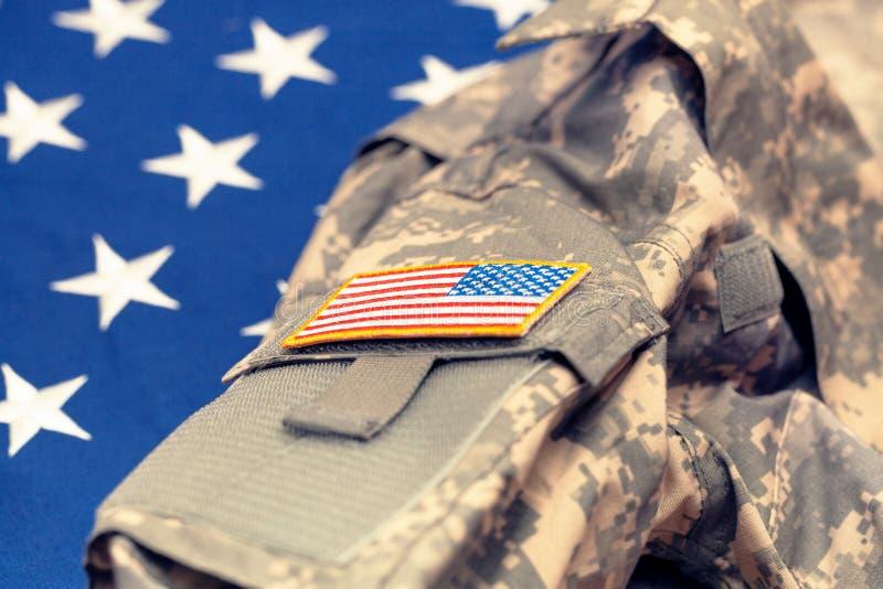 Форма армии США над национальным флагом - съемкой студии Фильтрованное изображение: влияние обрабатываемое крестом винтажное стоковое изображение