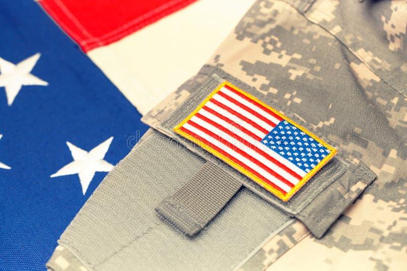 Форма армии США с шевроном над флагом - сфокусируйте на шевроне Фильтрованное изображение: влияние обрабатываемое крестом винтажн стоковые изображения