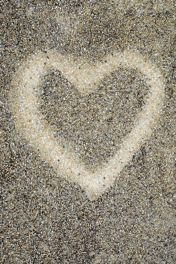 Форма влюбленности на текстуре камешка стоковое изображение rf