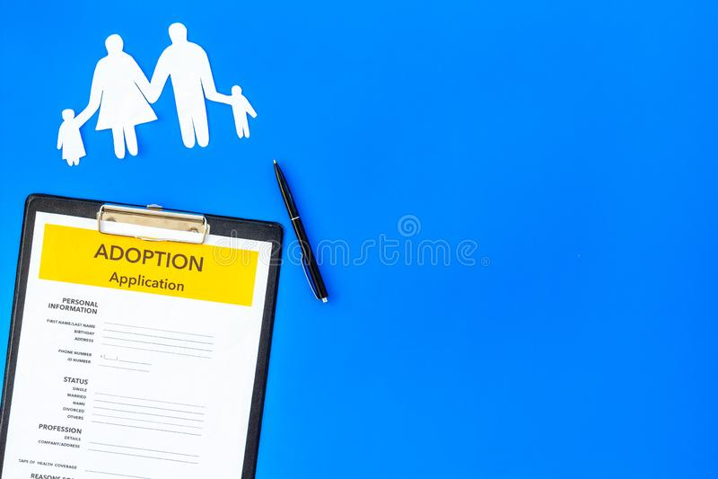 Форма для заявления для принимает ребенка на голубой насмешке взгляда сверху предпосылки вверх стоковое изображение rf