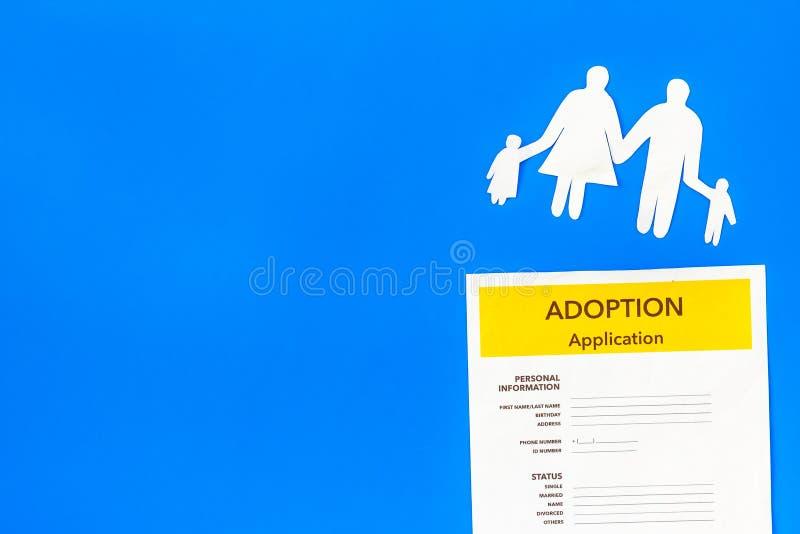 Форма для заявления для принимает ребенка на голубой насмешке взгляда сверху предпосылки вверх стоковые фото