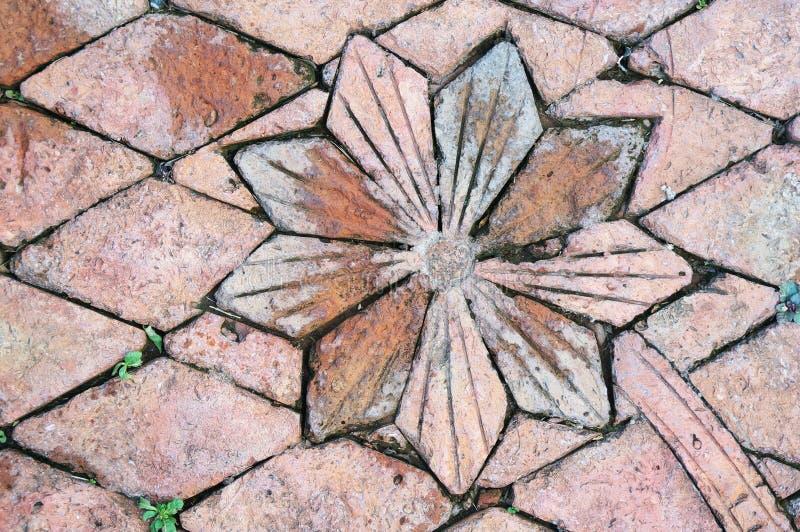 Форма дизайна цветка дорожки красного кирпича в поле сада стоковая фотография