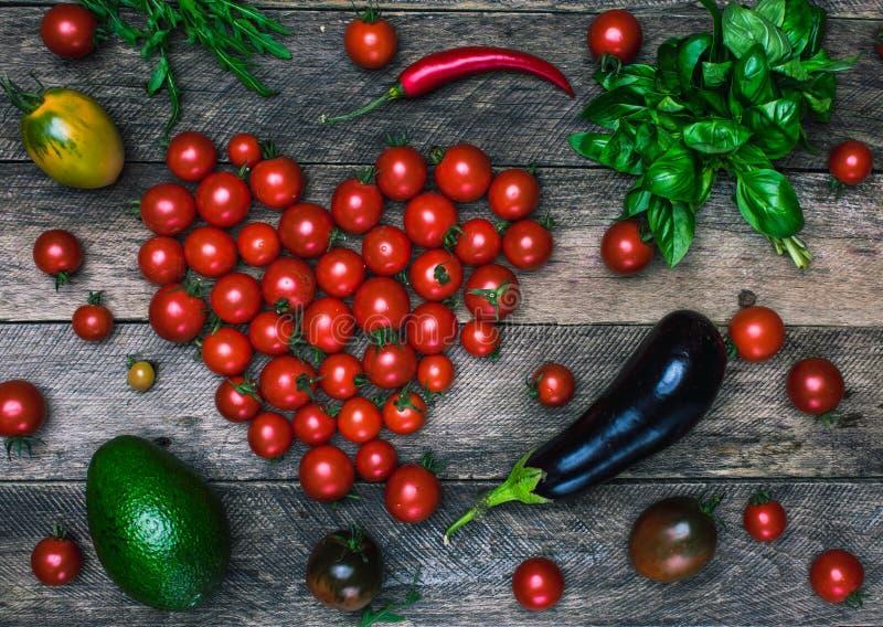 Форма и овощи сердца томата как здоровая концепция еды стоковое фото rf