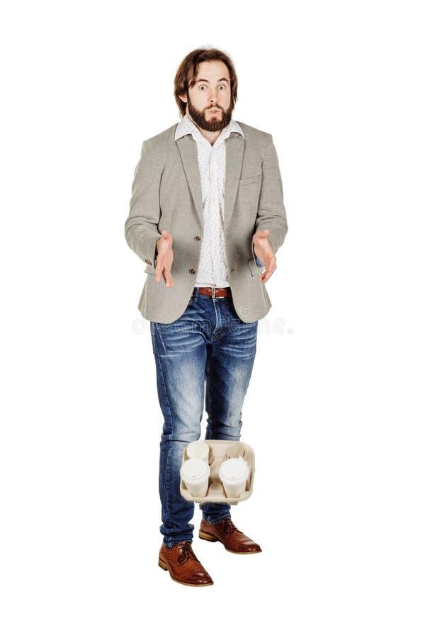 форма кофейных чашек дела рукоятки устранимая держа горизонтального изолированного человека вне принимает белизну подноса стоковое фото rf