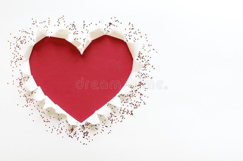 Форма любов сердца красного цвета с белой бумагой разрыва стоковое фото