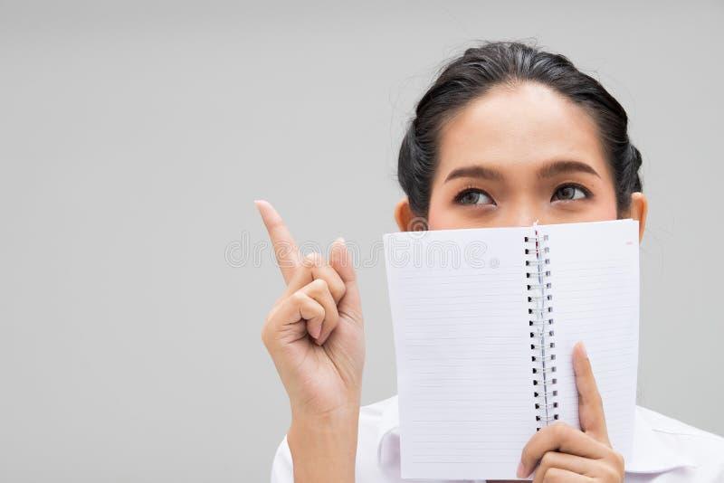 Форма молодой азиатской женщины студента университета белая стоковая фотография