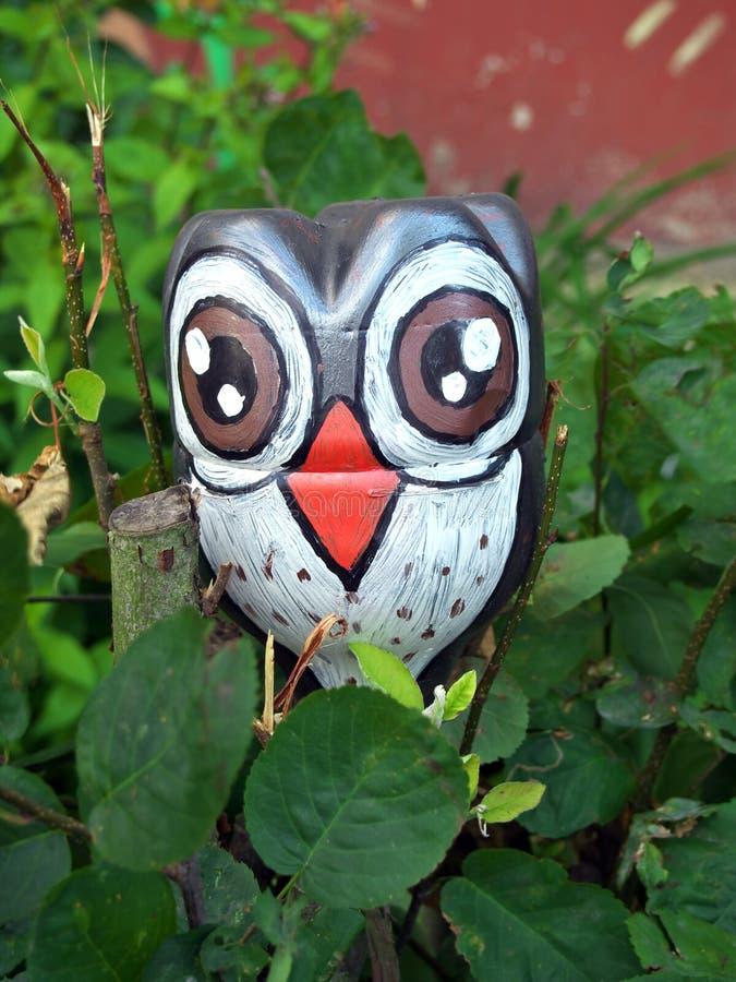 Форма птицы сыча сделанная из пластиковой бутылки стоковые изображения rf