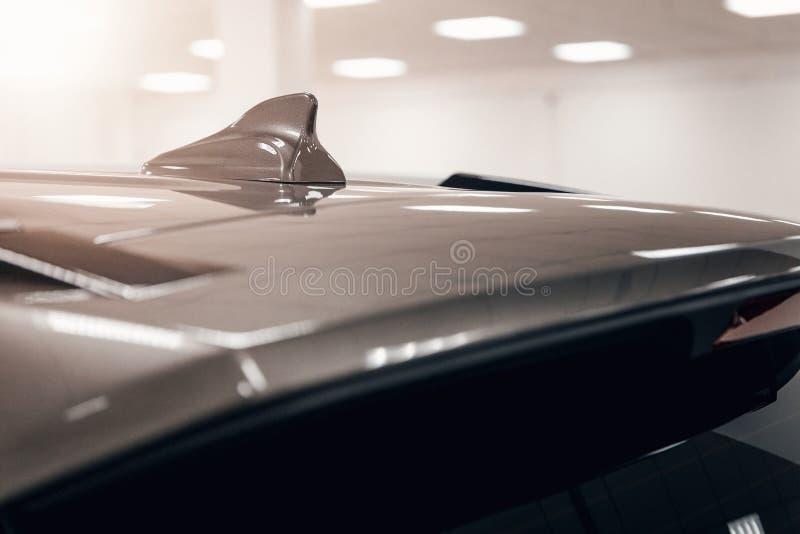 Форма ребра акулы антенны GPS конца-вверх на крыше автомобиля для системы навигации радио стоковые фотографии rf