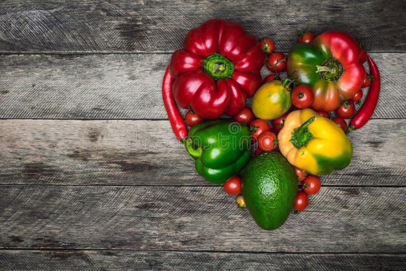 Форма сердца свежих овощей как здоровая концепция еды стоковое изображение